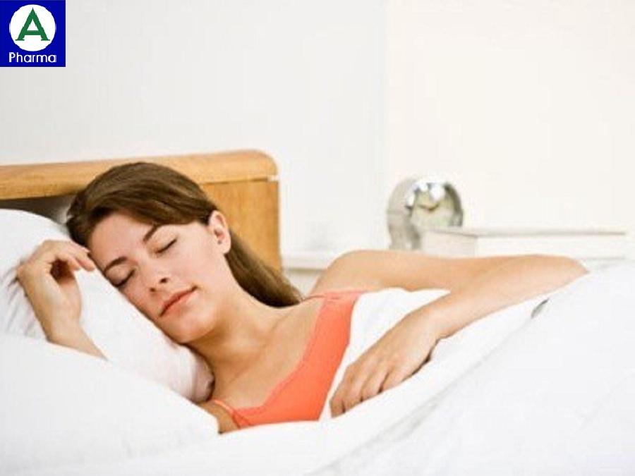 Kê cao gối khi ngủ giúp làm giảm tình trạng trào ngược về đêm.