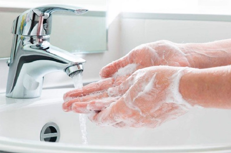 Rửa tay sạch sẽ bằng xà phòng trước khi ăn và sau khi đi vệ sinh