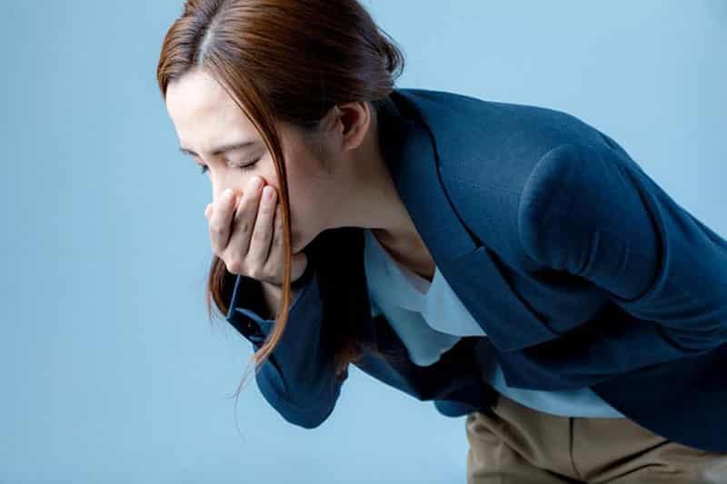 Buồn nôn là triệu chứng có thể xảy ra khi uống nước ép cỏ lúa mì