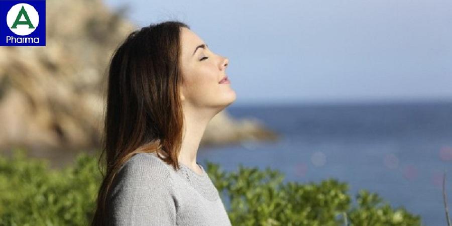 Nhắm mắt và thư giãn giúp giảm mệt mỏi, căng thẳng.