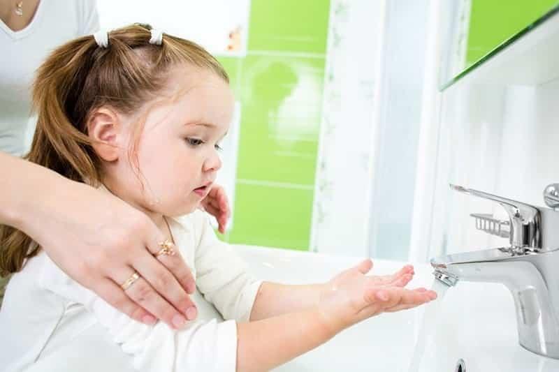 Thường xuyên chườm ấm và rửa mí mắt để phòng tránh bệnh viêm bờ mi