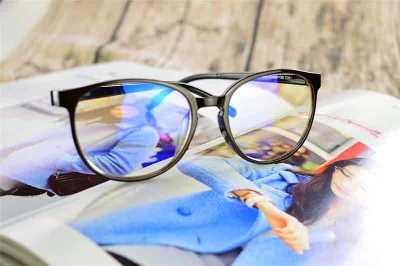 Đeo kính chống ánh sáng xanh để bảo vệ mắt