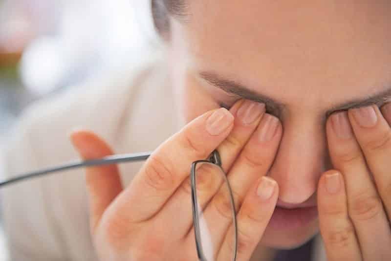 Khô mắt gây ra các bệnh về mắt như đau nhức, mờ mắt, giảm thị lực