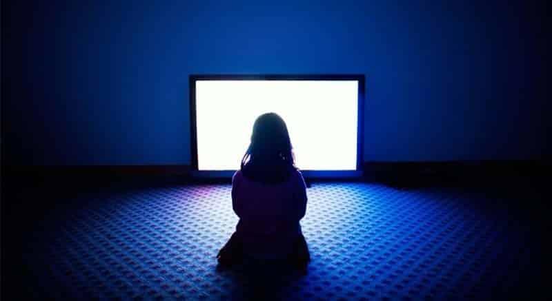 Không tivi ở nơi thiếu ánh sáng để bảo vệ mắt