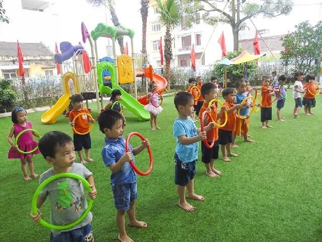 Các bé vận động bằng cách tham gia các trò chơi