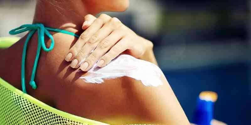 Thoa kem chống nắng để ngăn bỏng nắng