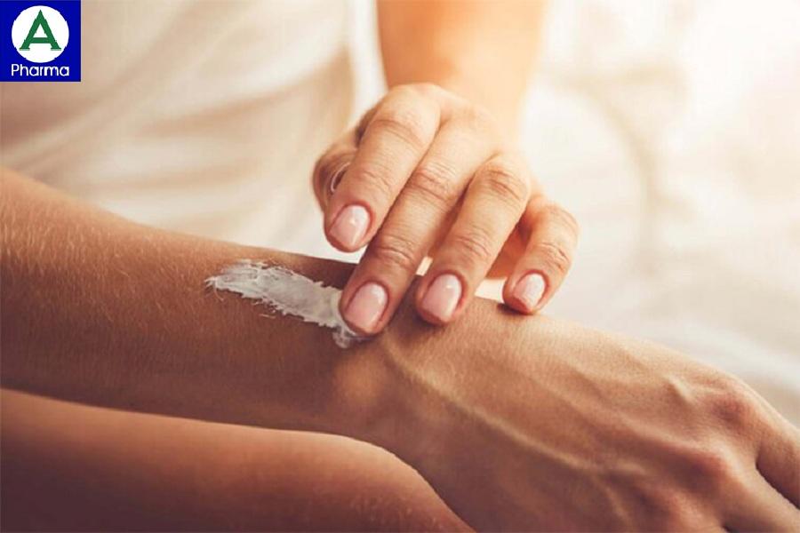 Dùng tay hoặc tăm bông để xoa đều thuốc lên vùng cần điều trị.