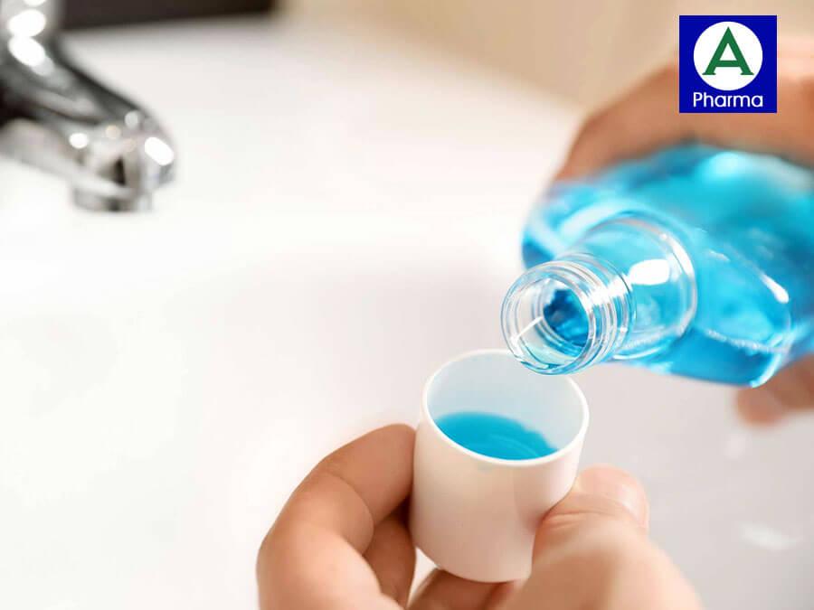 Súc miệng sạch bằng nước muối sinh lý trước khi xịt họng